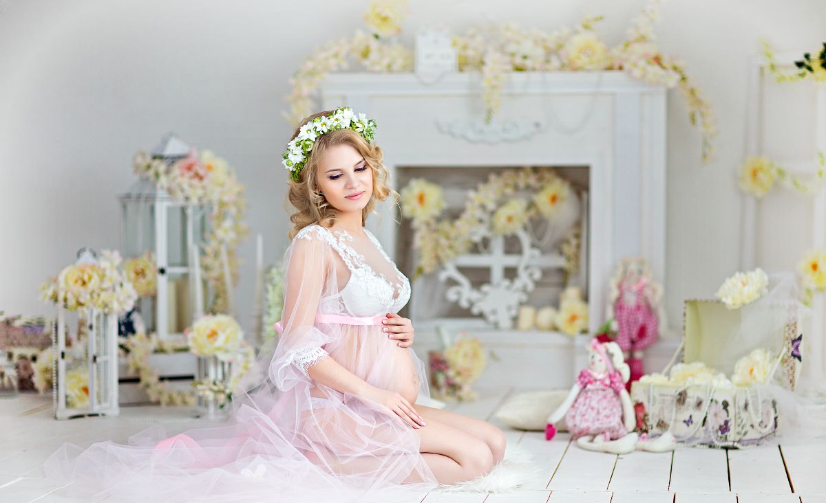 Beautiful pregnant woman in white lace maternity dress | Stunning Maternity Pictures, Ideas, And Photo Shoot Themes